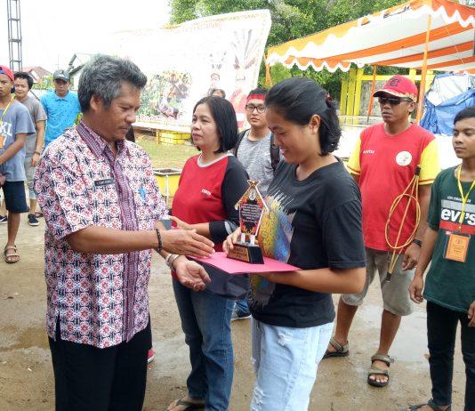 Lutian, Kontingen dari Simpang Dua saat berhasil meraih juara 1 lomba Rotan Senggulong. Foto dok. Martinus Dadho