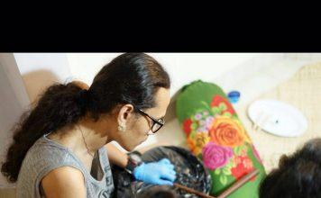 Salah satu teknik tato dengan menggunakan hand tapping. Foto : Foto : IST/Yos