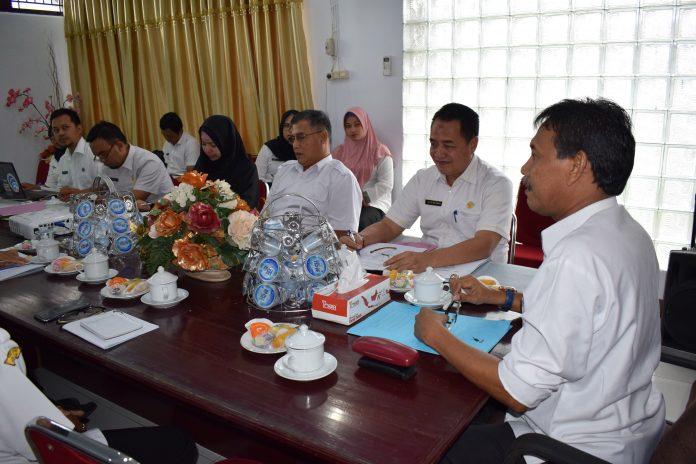 Drs. H. Farhan, mempimpin rapat bersama SOPD terkait tentang pemanfaatan teknologi informasi daerah Kabupaten Ketapang. (Foto : IST/A. Rahman)