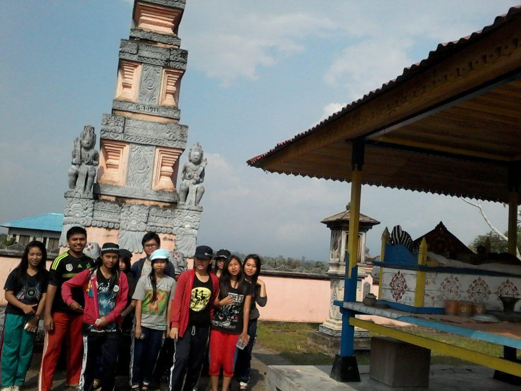 Saat berkunjung ke  Pura Giriamerthabuana  yang ada di Kampung Bali, Sedahan Jaya.  Foto dok. Pit/monga.id
