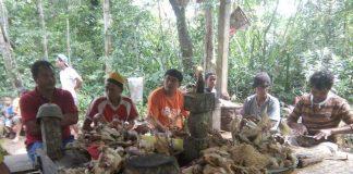 Saat pemberkatan ayam milik masyarkakat dalam ritual adat (Foto : IST/ Frans Lakon)