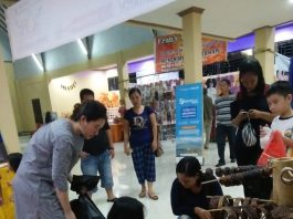 Beberapa terlihat pengunjung mampir dan melihat barang-barang yang dipamerkan di stand MONGA.ID. Foto dok : IST/K. Yessi/monga.id