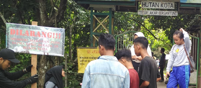 Papan Larangan memberi makan pada satwa di Hutan Kota Ketapang. Foto : IST/Petrus Kanisius
