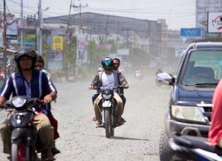 Pengendara yang melintas di jalan D.I. Panjaitan. Terlihat debu dan batu kerikil yang cukup mengganggu kenyaman pengendara saat melintas. Foto : IST/ Haning dan Rizal Alqadrie YP