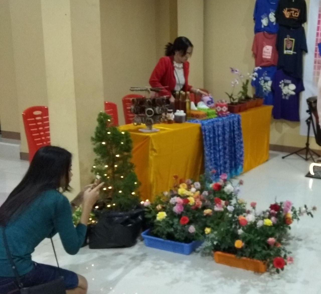 Stand MONGA.ID dan beberapa barang yang dipamerkan dalam pekan Komsos Keuskupan Ketapang 2018. Foto dok : MONGA.ID