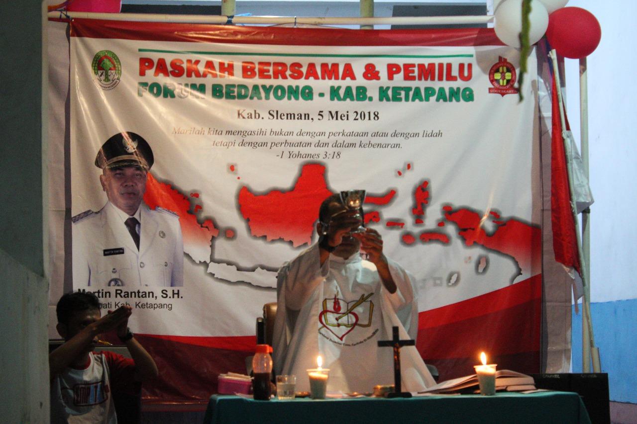 Pastor Robertus, MSA., saat memimpin perayaan ekaristi dalam kegiatan pemilihan ketua Bedayong dan paskah bersama. Foto dok : IST/monga.id