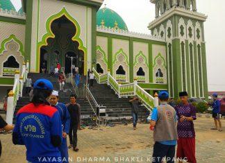Anggota Yayasan Dharma Bhakti Ketapang tampak sedang membagikan masker gratis kepada saudara-saudara yang selesai menunaikan sholat Jumat di Masjid Agung Al-Ikhlas Ketapang, Jumat (24/8) (Foto : MONGA/FD)