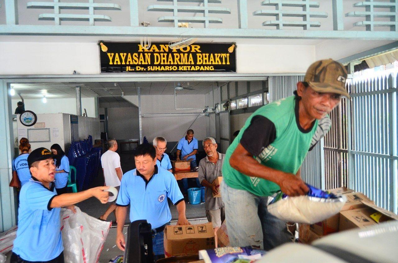 Pengurus Yayasan Dharma Bhakti Ketapang sedang mempersiapkan logistik yang akan diserahkan, Kamis (13/12) (Foto : IST)